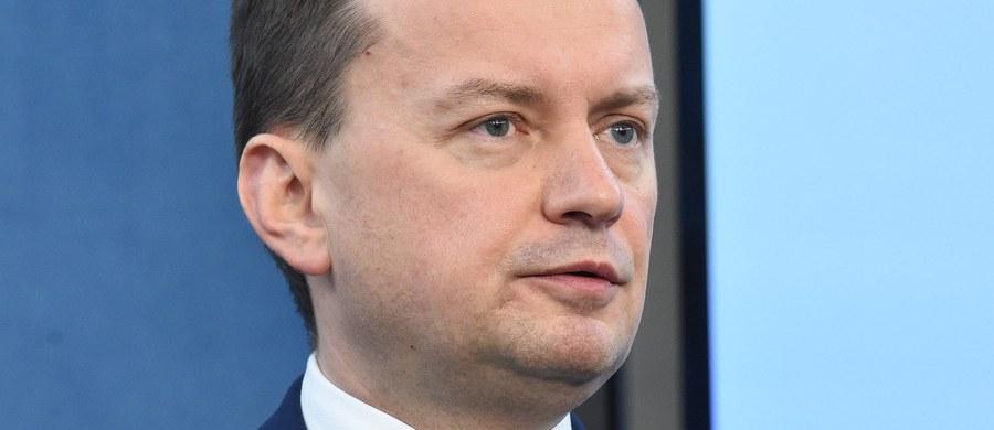 """Rozważamy powołanie komisji śledczej, która zajmie się nadużyciami związanymi z brakiem wpływów z VAT - przyznaje szef MSWiA Mariusz Błaszczak. Błaszczak podkreślał wagę strat dla budżetu z tego tytułu. """"To są potężne nadużycia, można mówić o dziesiątkach miliardów złotych"""" - mówił podczas konferencji minister."""