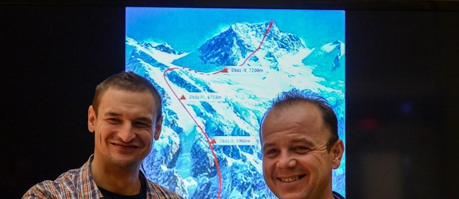Adam Bielecki i Jacek Czech zrezygnowali z kontynuowania wspinaczki na niezdobytą zimą Nangę Parbat (8125 m) ze względu na złe warunki pogodowe oraz skutki upadku. Inni alpiniści nie przerywają akcji.