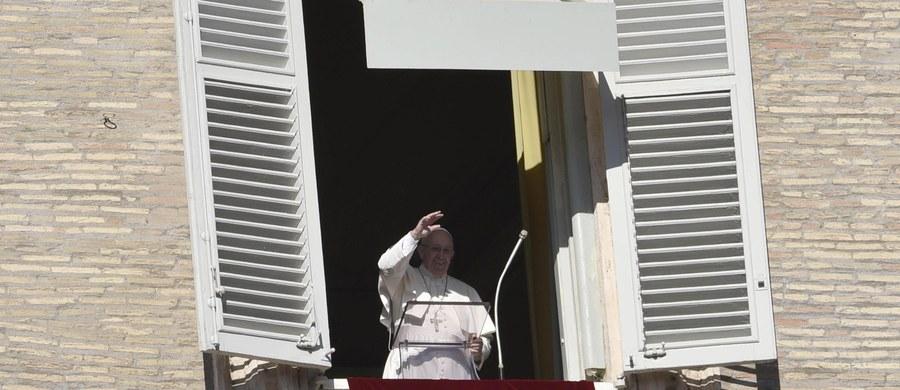 """7 tysięcy migrantów 30 narodowości przybyło do Watykanu na spotkanie z papieżem na modlitwie Anioł Pański z okazji Światowego Dnia Migranta i Uchodźcy. """"Nie pozwólcie sobie ukraść tej nadziei i radości życia, które wypływają z doświadczenia Bożego Miłosierdzia, także dzięki osobom, które was przyjmują i wam pomagają""""- apelował Franciszek."""