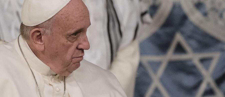 Papież Franciszek podczas wizyty w synagodze w Rzymie powiedział, że doświadczenie Holokaustu uczy, iż konieczna jest czujność, by na czas stanąć w obronie godności ludzi i pokoju. Przypomniał, że Kościół potępia wszelki formy antysemityzmu.