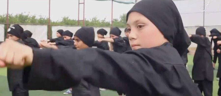 """""""Było nas 60. Gdy nas uczyli, mówili nam, że nasi rodzice to 'niewierni', i naszym pierwszym zadaniem będzie wrócić i ich zabić"""" – tak o swoim pobycie w obozie treningowym Państwa Islamskiego opowiada 12-letni """"Nasir"""". Chłopcu udało się uciec dżihadystom. Terroryści chcieli, by został zamachowcem-samobójcą."""