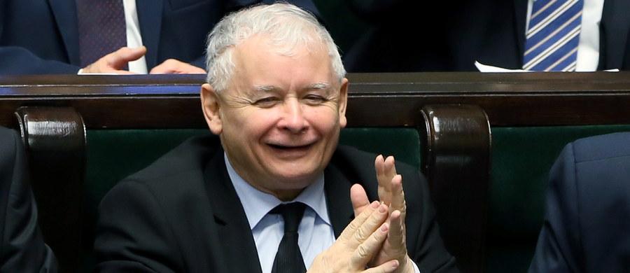 """""""Nie zabiegamy, by mieć większość polityczną w Trybunale Konstytucyjnym. Jesteśmy gotowi wybierać osoby zgłoszone też przez inne opcje polityczne"""" – mówi w rozmowie z poniedziałkową """"Rzeczpospolitą"""" Jarosław Kaczyński. To pierwszy prasowy wywiad prezesa PiS o wygranych wyborach."""