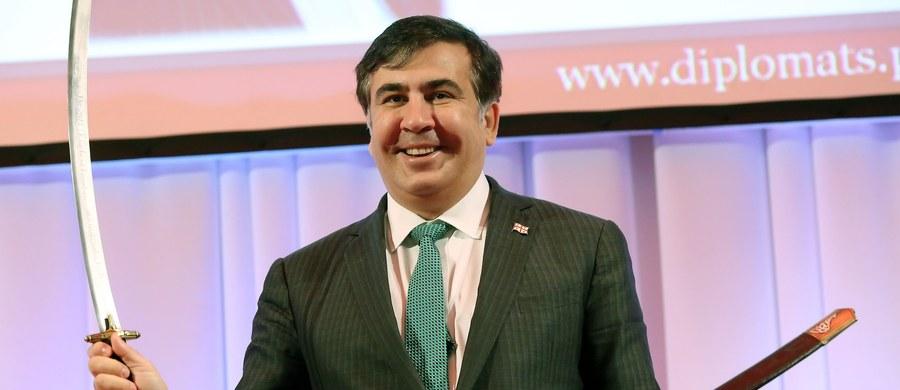 """Były prezydent Gruzji, Micheil Saakaszwili, ujawnił tajne pozycje ukraińskich wojsk w Donbasie. Okrzyknięto go za to """"agentem Putina"""". Saakaszwili pracuje obecnie jako gubernator Odessy. W Rosji jest obiektem kpin – relacjonuje korespondent RMF FM."""