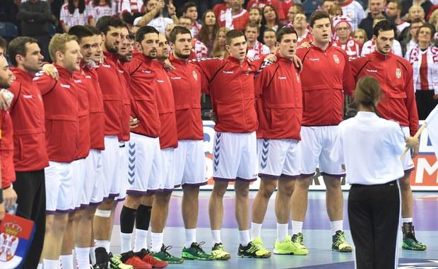 Niecodzienna sytuacja podczas rozgrywanych w Polsce mistrzostw Europy piłkarzy ręcznych. Bramkarz serbskiej reprezentacji Slavisa Djukanovic pogniewał się na trenera i opuścił reprezentację tuż przed bardzo ważnym meczem z Macedonią. Spotkanie to decydowało, który z tych zespołów pozostanie w turnieju - remis 27:27 sprawił, że z awansu mogą cieszyć się Macedończycy.
