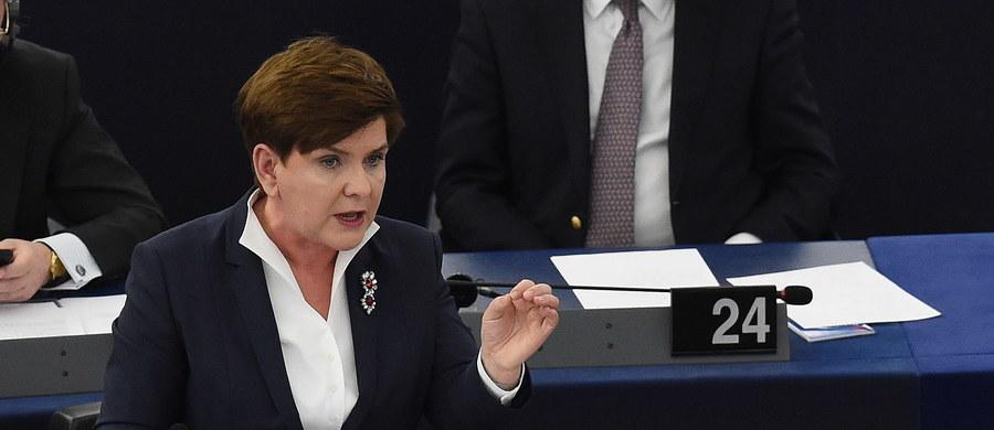 """""""Dla Polaków konstytucja to świętość; nie doszło w naszym kraju do złamania konstytucji; nie widzę podstaw do tego, żeby tak wiele czasu poświęcać polskim sprawom"""" - powiedziała w Parlamencie Europejskim premier Beata Szydło. Odbyła się tam debata na temat sytuacji w Polsce. """"Debata europarlamentu o Polsce nie jest potrzebna i stanowi przykład obcej ingerencji w wewnętrzne sprawy kraju"""" - ocenili eurosceptyczni posłowie PE z Polski. Także niektórzy zagraniczni deputowani PE bronili działań polskiego rządu. """"Porównywanie rządu polskiego z Władimirem Putinem jest zupełnie nie na miejscu. Musicie sobie państwo zdać sprawę z tego, że jest to obraźliwe wobec narodu polskiego, który cierpiał pod jarzmem sowieckim i narodowosocjalistycznym"""" - mówił szef frakcji EKR Syed Kamall. Inni jednak krytykowali ekipę Beaty Szydło. """"Widzimy ryzyko zwiększonego zagrożenia praworządności w Polsce"""" - podkreślił w swym przemówieniu wiceprzewodniczący Komisji Europejskiej. Wtórowała mu m.in. współprzewodnicząca Zielonych w PE Rebecca Harms. """"Sytuacja w Polsce tworzy wrażenie, iż rządy większości przeradzają się w dyktat"""" - stwierdziła. Zobaczcie zapis naszej relacji minuta po minucie."""