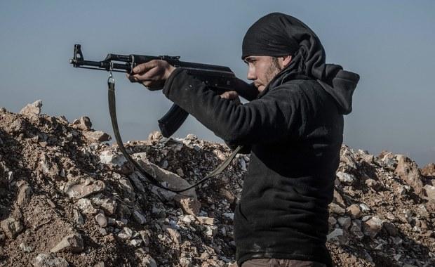 """Państwo Islamskie obcięło o 50 procent żołd, który wypłaca swoim bojownikom na terenie Syrii - tak głosi komunikat organizacji terrorystycznej, Wszystko z powodu """"nadzwyczajnych okoliczności"""". Ogłosił je Dom Muzułmańskiego Kapitału, czyli jeden z banków dżihadystów."""