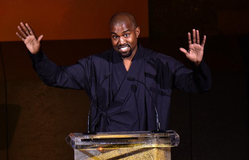 W mediach pojawiły się informacje (jak dotąd niepotwierdzone), że Kanye West zamierza nagrać album z utworami zmarłego Davida Bowiego. Internauci szybko zareagowali na tę wiadomość, inicjując petycję przeciwko pomysłowi rapera.