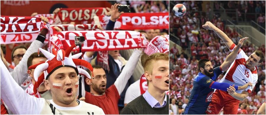 """Zwycięstwo biało-czerwonych piłkarzy ręcznych nad Francją skandynawskie media określiły jako sensacyjne, a drużynę Michaela Bieglera nazwały… """"polskim tornadem"""", które """"bezlitośnie zdemolowało mistrzów świata"""". Szwedzcy komentatorzy telewizyjni nie ukrywali podziwu, a po zakończeniu wtorkowego meczu wyrazili radość, że nie są... Norwegami - tych jest im bardzo żal, ponieważ w sobotę zmierzą się oni w """"krakowskiej jamie smoka ze strasznymi Polakami""""."""