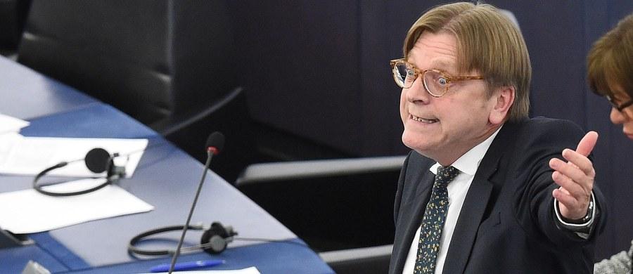 """Guy Verhofstadt kontratakuje. Składa dzisiaj projekt rezolucji PE w sprawie Polski - ustaliła dziennikarka RMF FM. Europejscy chadecy (EPP), do których należy PO-PSL, mają być przeciw. Paradoksalnie oznaczałoby to, że PO… broni rządu PiS. Oczywiście przeciw będą europejscy konserwatyści (ECR), do których należy polska partia rządząca. Siły """"za"""" i """"przeciw"""" rezolucji będą dosyć wyrównane. Szykuje się batalia o Polskę."""