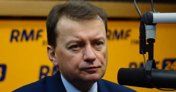 """""""Znowu prezes Rzepliński poczuwa się do roli polityka PO i zaczyna stawiać warunki. To nie jest jego rola. To nie on tworzy propozycję kompromisu, wręcz przeciwnie – prezes Trybunału stworzył pole konfliktu"""" – mówi gość Kontrwywiad RMF FM, szef MSWiA Mariusz Błaszczak z PiS, pytany o kompromis ws. Trybunału Konstytucyjnego. Prezes TK zapowiedział w rozmowie z """"Rzeczpospolitą"""", że można w drodze kompromisu dojść do konstytucyjnej piętnastki sędziów, tylko prezydent musi zapowiedzieć, że następnymi sędziami których zaprzysiągłby prezydent byliby sędziowie wybrani w październiku. """"Propozycja premier będzie przedstawiona parlamentowi, a nie prezesowi TK"""" – zapowiada. """"Jest wyciągnięta ręka ze strony PiS-u i nasza propozycja jest bardzo dobra, bo daje gwarancję przewagi opozycji w TK. Mam nadzieję, że zostanie przyjęta przez opozycję"""" – dodaje Błaszczak.  """"Prawdopodobieństwo szybkich, nowych wyborów samorządowych jest bardzo nikłe. To oznaczałoby kolejne zmiany. Nie ma możliwości, żeby je przeprowadzić w sposób szybki"""" – odpowiada minister, pytany o podział Mazowsza. """"Sprawa dotyczy tego, że Warszawa zawyża wskaźniki unijne ze względu na to, że rozwija się - niskie bezrobocie, wysokie przychody. Za chwilę okaże się, że województwo Mazowieckie będzie miało ograniczony dostęp do funduszy unijnych. PiS jest za tym, żeby Polska rozwijała się w sposób zrównoważony"""" – mówi Mariusz Błaszczak. Zdaniem ministra wyłączenie stolicy z województwa jest bardzo rozsądnym rozwiązaniem. """"Jest też taka możliwość, która dotyczy wyłączenia Warszawy pod względem statystycznym"""" – zapowiada."""