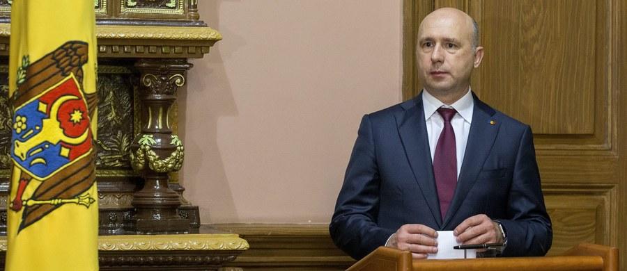 Rząd nowego prounijnego premiera Mołdawii Pavla Filipa został zaprzysiężony bez rozgłosu w nocy, ze środy na czwartek. Wcześniej w Kiszyniowie tysiące ludzi protestowały przeciwko zatwierdzeniu Filipa na premiera, a grupa demonstrantów wdarła się do parlamentu.