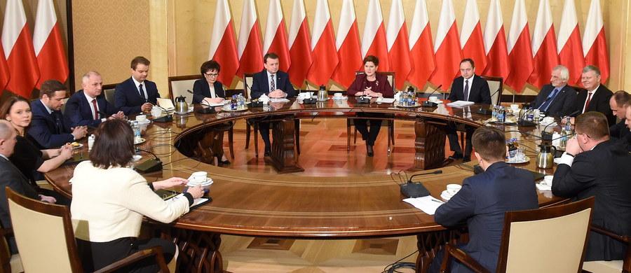 Po godz. 10.30 rozpoczęło się spotkanie premier Beaty Szydło z przedstawicielami klubów parlamentarnych. Główne tematy rozmów to: kompromis wokół Trybunału Konstytucyjnego i sprawa wtorkowej debaty w Parlamencie Europejskim.