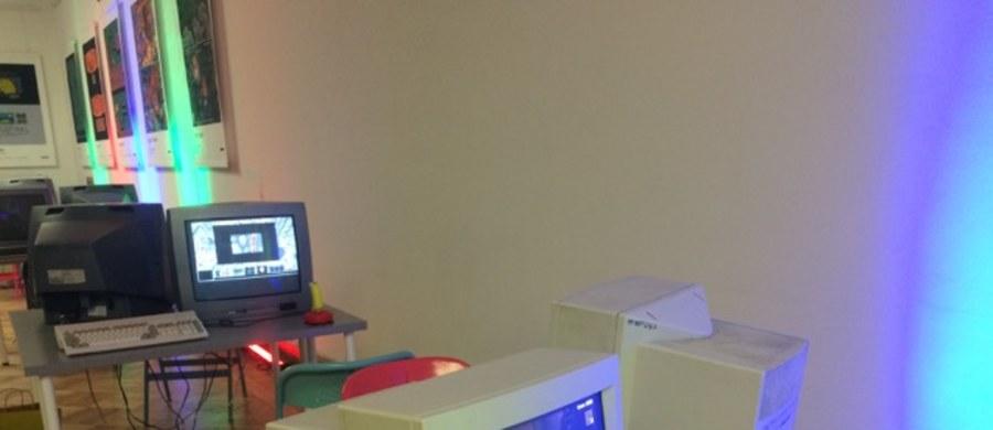 """""""Digital Dreamers"""" to wystawa poświęcona historii polskich twórców gier komputerowych i gier wideo. """"Polski gamedev to dziś ponad dwieście studiów, w których pracuje kilka tysięcy osób. Poza najbardziej znanymi tytułami takimi jak Wiedźmin czy Dying Light w naszym kraju powstają dziesiątki innych gier, skierowanych na różne rynki, platformy, dla zróżnicowanego odbiorcy"""" - mówi w rozmowie z RMF FM Marek Czerniak, organizator wystawy. Jak dodaje, przyjmuje się, że polska branża gamedevowa to już dziś ścisła czołówka europejska, a nawet światowa."""