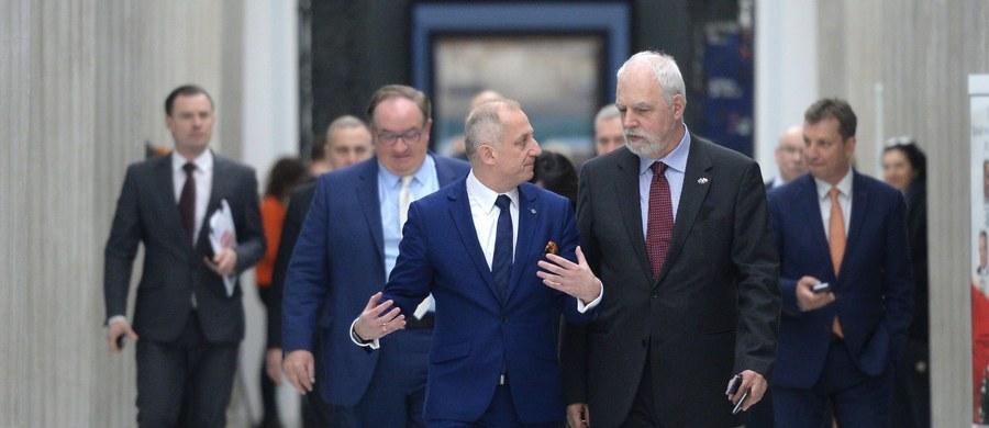 """""""Platforma nie zgodziła się na propozycję premier Beaty Szydło ws. Trybunału Konstytucyjnego"""" - poinformował szef klubu PO Sławomir Neumann. Oświadczył także, że jeśli w ciągu dwóch tygodni PiS nie uporządkuje sprawy TK, europosłowie PO przygotują projekt rezolucji o sytuacji w Polsce. PSL z kolei twierdzi, że propozycja Beaty Szydło """"to żart"""". Liderzy klubów parlamentarnych spotkali się dziś z szefową rządu w sprawie wypracowania formuły rozwiązania konfliktu wokół Trybunału i podsumowania europejskiej debaty na temat Polski."""