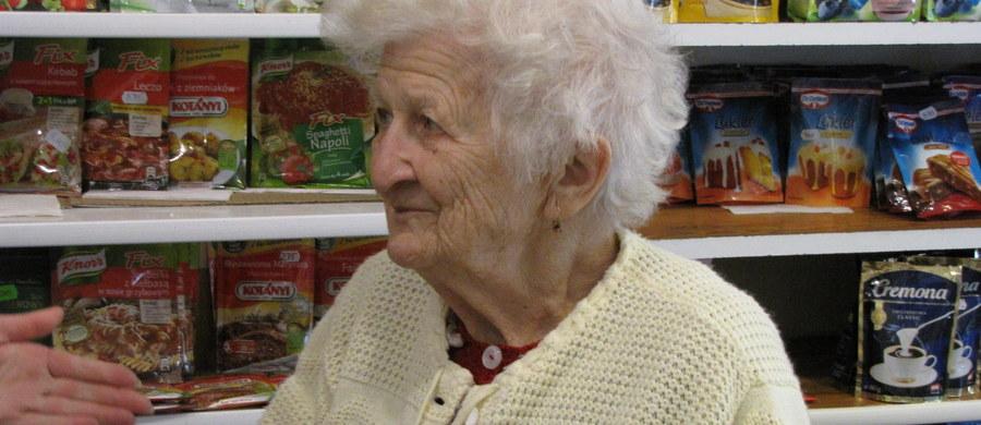 Była pedagogiem w szkole, katechetką, a od kiedy przeszła na emeryturę, prowadzi sklep spożywczy w Wodzisławiu Śląskim. Nie byłoby w tym nic nadzwyczajnego gdyby nie to, że pani Klara Wrona skończy w tym roku 94 lata.