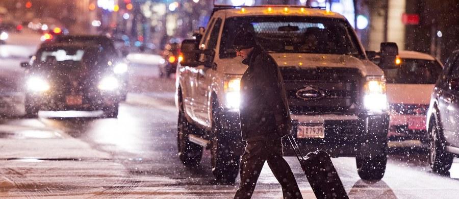 Ponad 3 tysiące lotów w USA zaplanowanych na piątek i sobotę zostało odwołanych z powodu spodziewanej burzy śnieżnej. Amerykańska kolej również zapowiedziała, że zmodyfikuje swój rozkład na północnym wschodzie z powodu zapowiadanej pogody.