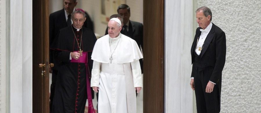 Papież Franciszek zaapelował o to, aby politycy i dyplomaci mówili językiem inspirowanym przez miłosierdzie. W orędziu na Dzień Środków Społecznego Przekazu wezwał rządzących, by unikali mowy nienawiści wobec osób, które myślą i postępują inaczej niż inni.