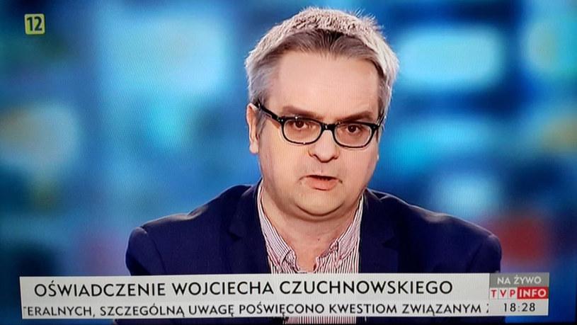 """Dziennikarz """"Gazety Wyborczej"""" Wojciech Czuchnowski był w piątek gościem programu """"Po przecinku"""" w TVP Info. Zaskoczył jednak wszystkich, kiedy nagle odczytał oświadczenie, w którym wyraził solidarność ze zwolnionymi z TVP dziennikarzami, a następnie wyszedł ze studia. """"Do zobaczenia w demokratycznej Polsce"""" - rzucił na odchodne."""