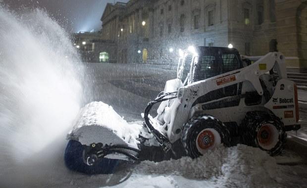 Potężna śnieżyca przetacza się nad wschodnim wybrzeżem Stanów Zjednoczonych. W Waszyngtonie ma spaść blisko 80 centymetrów śniegu. W 10 stanach gubernatorzy wprowadzili stan wyjątkowy. Przynajmniej 150 tysięcy ludzi jest bez prądu - linie energetyczne zrywają się pod naporem śniegu. Najwięcej takich przypadków jest w Karolinach Północnej i Południowej.  Lotniska na wschodnim wybrzeżu odwołały dotąd 7,5 tysiąca lotów. Odwołano też setki imprez w tym mecze NBA w Filadelfii i Waszyngtonie. Według prognoz to ma być największa śnieżyca w historii stolicy USA.