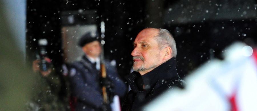 Polska armia zawsze będzie pamiętać o żołnierzach poległych pod Mirosławcem – zapewnił minister obrony narodowej Antoni Macierewicz. Ta ofiara, która złożyli wasi najbliżsi (...) nie pójdzie na marne - dodał, zwracając się do rodzin ofiar tragedii. W ósmą rocznicę katastrofy wojskowego transportowca Casa C-295 , pamięć o 20 tragicznie zmarłych - czteroosobowej załodze i 16 oficerach, wracających z konferencji bezpieczeństwa lotów z Warszawy - uczciły rodziny, delegacje jednostek wojskowych oraz przedstawiciele władz samorządowych.