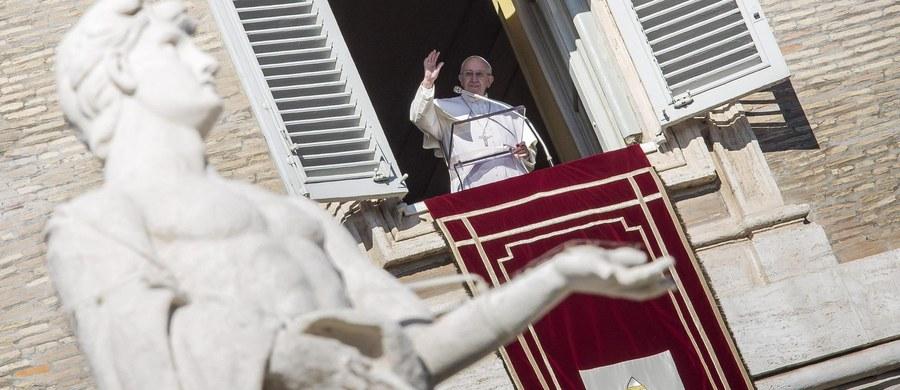 """Papież Franciszek powiedział do wiernych w czasie południowej modlitwy Anioł Pański, że priorytetem Kościoła jest """"ewangelizowanie biednych"""", czyli bliskość z nimi i służenie im. Zastrzegł, że to nie znaczy, że Kościół ma tylko zajmować się """"opieką społeczną"""", ani tym bardziej polityką."""