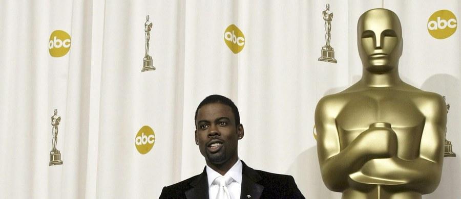 """Amerykańskie media wciąż żyją kontrowersjami wokół tegorocznego rozdania Oscarów i zapowiedziami bojkotu ceremonii. Jak podaje """"Variety"""", wbrew spekulacjom, amerykański komik Chris Rock nie zamierza się wycofać z prowadzenia gali. Co więcej, artysta ma ze sceny odnieść się do sporu o """"białe"""" nominacje."""