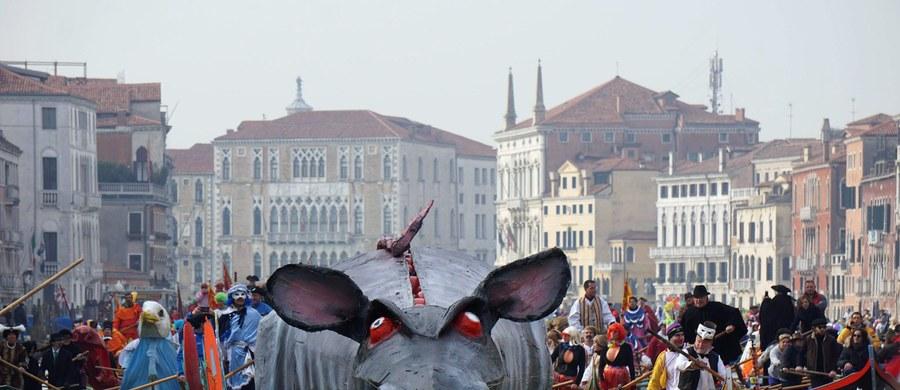 Regaty z udziałem 100 łodzi i 600 wioślarzy w historycznych strojach i maskach uświetniły niedzielne uroczystości karnawału w Wenecji. W drugim dniu zabawy zgromadziły się tysiące ludzi.