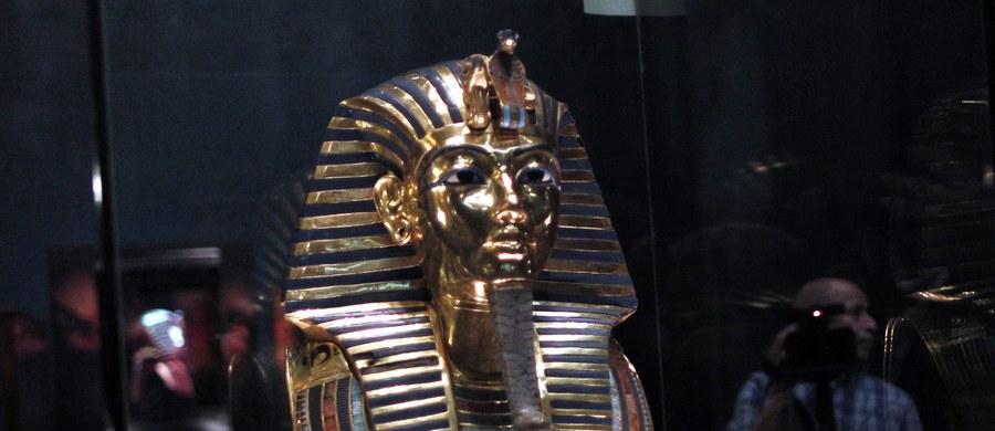 Ośmiu pracowników egipskich muzeów stanie przed sądem za zniszczenie maski faraona Tutanchamona. Chcieli oni przykleić zniszczoną już wcześniej brodę, co poskutkowało jedynie kolejnymi uszkodzeniami.