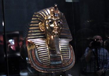 Osiem osób oskarżonych o zniszczenie maski Tutanchamona