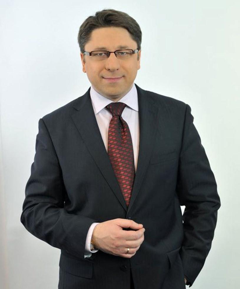 """Mirosław Cichy nie jest już dziennikarzem """"Panoramy"""" - poinformował portal Wirtualnemedia.pl.  """"Po 13 latach żegnam się z Wami, nie dlatego że chcę, ale dlatego że muszę""""- reporter napisał w piątek na Facebooku."""