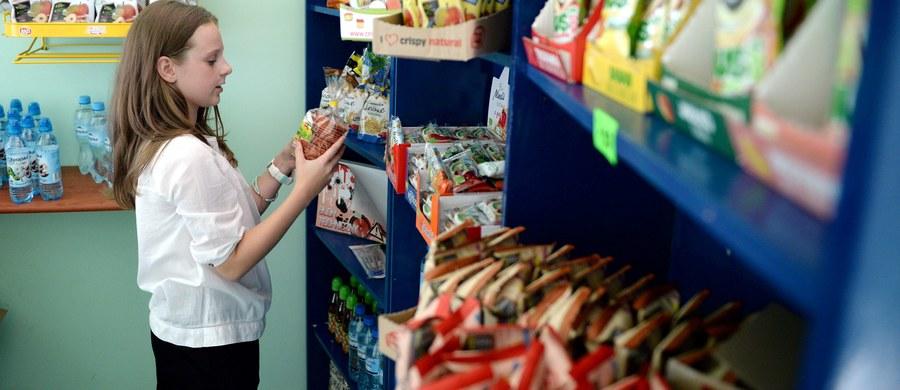 """""""Pod hasłem zdrowej żywności doprowadziliśmy do absolutnej katastrofy żywieniowej w szkołach i przedszkolach, plus do likwidacji małych i średnich przedsiębiorców"""" - mówi gość Kontrwywiadu RMF FM, szefowa MEN Anna Zalewska, pytana przez słuchaczy o wycofanie """"śmieciowego jedzenia"""" ze szkół. """"Niestety rozporządzenie jest absurdalne, idiotyczne, napisane na kolanie i jest umiejscowione w ustawie"""" - uważa minister. Dodaje, że resort edukacji i Ministerstwo Zdrowia przygotowuje się do zmiany ustawy. """"Mam nadzieję, że w ciągu 2 miesięcy ten program rozstrzygniemy"""" - zapowiada. Minister zaznacza, że szkołach występuje ogromny problem """"dilerów"""" soli, cukru, czy saszetek kawy. """"Dyrektorzy są już tak pomysłowi, że wystawiają wrzątek młodym ludziom"""" - mówi Zalewska."""