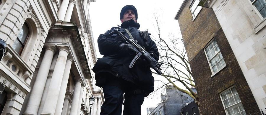 Są powody, by spodziewać się, że terroryści Państwa Islamskiego (IS) albo innej grupy inspirowanej religijnie, ponownie zaatakują w Europie, a zwłaszcza we Francji - ocenia Europol. Według unijnej agencji policyjnej nie ma konkretnych dowodów na to, że terroryści w sposób systematyczny dostają się na Stary Kontynent wraz z falą uchodźców.