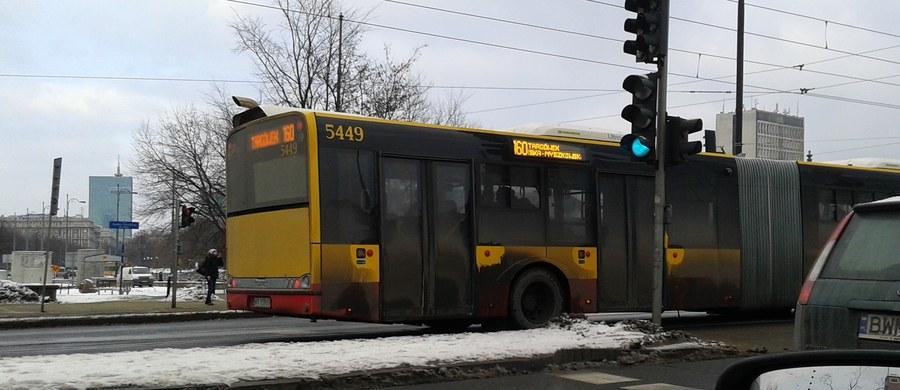 Warszawskie autobusy i tramwaje – z żółci i czerwieni zmieniają kolory na różne odcienie szarości i czerni. Pasażerowie nie chcą nawet korzystać z przycisków do otwierania drzwi na zewnątrz pojazdu, zdarza się też, że nie widzą numeru linii. Wszystko z powodu brudu.