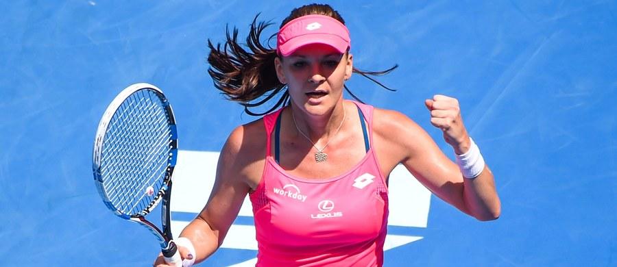 Rozstawiona z numerem czwartym Agnieszka Radwańska pokonała hiszpańską tenisistkę Carlę Suarez Navarro (10.) 6:1, 6:3 i awansowała do półfinału wielkoszlemowego turnieju Australian Open. Polka powtórzyła tym samym swoje najlepsze osiągnięcie z imprezy w Melbourne. Rywalką krakowianki  w półfinale będzie liderka rankingu WTA Amerykanka Serena Williams, która pokonała Rosjankę Marię Szarapową.
