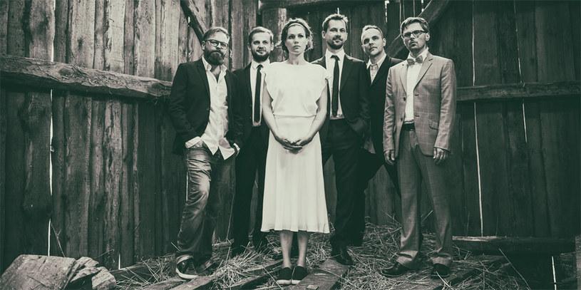 """Zespół Mikromusic zaprezentował teledysk do piosenki """"Dom"""", która trafiła na ścieżkę dźwiękową filmu """"Chemia"""" Bartosza Prokopowicza. Utwór pochodzi z płyty Mikromusic zatytułowanej """"Matka i żony""""."""