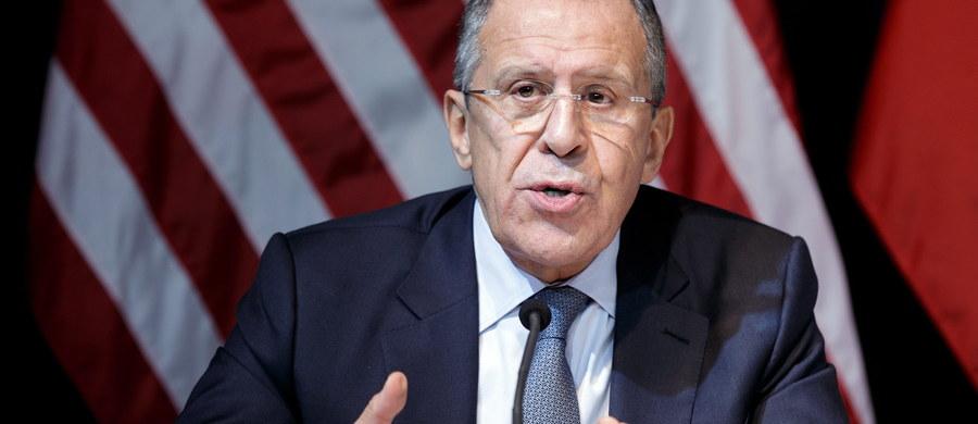 """Siergiej Ławrow ostro wyraził się o polskim ministrze spraw zagranicznych. """"Proszą o konsultacje, a potem ogłaszają, że to my o nie zabiegaliśmy"""" - mówił szef rosyjskiej dyplomacji, który wypowiadał się na dorocznej konferencji prasowej. Ławrow skomentował również projekt amerykańskiej tarczy antyrakietowej i rozszerzanie NATO."""