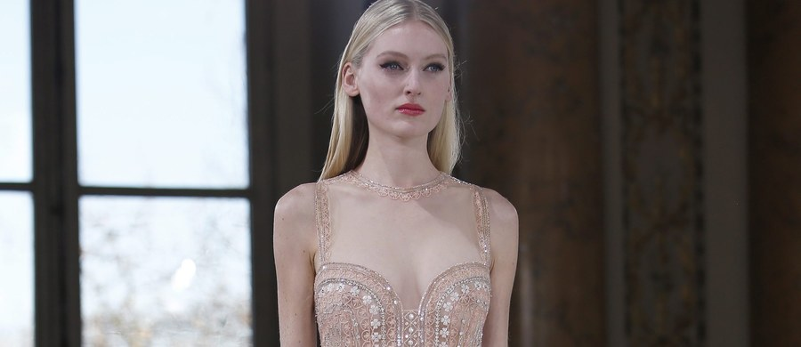 Koronki, ażury i prześwitujące materiały królować będą w światowej modzie dla pań na najbliższą wiosnę. Taki wniosek można wyciągnąć z trwających w Paryżu pokazów Haute Couture - czyli ręcznego krawiectwa najwyższej klasy.