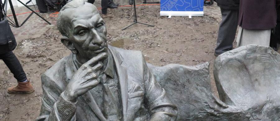 Ławeczkę Jana Karskiego, kuriera, który w czasie wojny narażał życie, aby informować Zachód o Holokauście, odsłonięto przed Synagogą Remu, w krakowskiej dzielnicy Kazimierz. To czwarta w Polsce, a siódma na świecie ławeczka-rzeźba poświęcona Karskiemu.