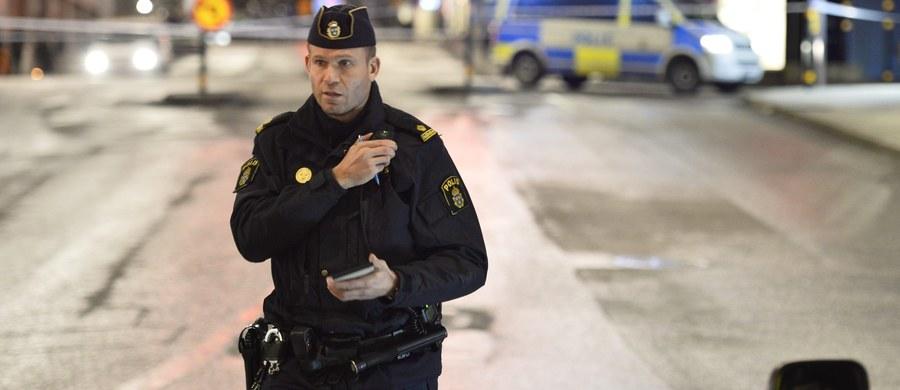 Szwedzcy policjanci w cywilu będą pilnować basenów w związku z rosnącą liczbą zgłaszanych przypadków molestowania seksualnego kobiet i dziewczyn. Służby ze Sztokholmu przyjęły mnóstwo skarg na zachowanie młodych mężczyzn. Zgłaszali je rodzice nastoletnich dziewczyn - informuje rzecznik policji Kjella Lindgrena.