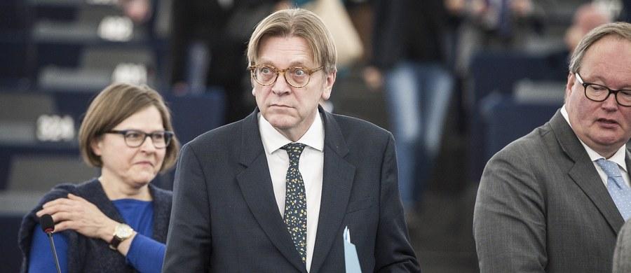 Projekt małej rezolucji w sprawie Polski autorstwa Guy Verhofstadta trafi do kosza. Dwie największe grupy polityczne w Parlamencie Europejskim - chadecy i socjaliści (EPP i S&D) - uzgodniły, że na lutowej sesji plenarnej nie będzie głosowania nad żadną rezolucją w sprawie Polski - dowiedziała się nieoficjalnie korespondentka RMF FM Katarzyna Szymańska-Borginon. Wcześniej informowaliśmy, że dokumentowi przeciwni są eurodeputowani PO-PSL. Oznacza to porażkę Guy Verhofstadta, który jeszcze wczoraj rozsyłał projekt małej rezolucji.