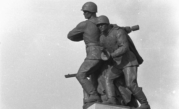 299 - tyle jest w Polsce pomników, tablic i innych symboli upamiętniających żołnierzy sowieckich - ustalił dziennikarz RMF FM Krzysztof Zasada. Pomników bronią rosyjskie władze, a według naszych informacji, dwie decyzje polskich samorządowców mogą oburzyć Moskwę.