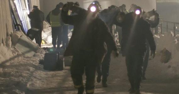 To była największa w historii Polski katastrofa budowlana. Zginęło 65 osób, a ponad 140 było rannych. 28 stycznia 2006 roku runął dach hali targowej na terenie MTK na granicy Katowic i Chorzowa. Trwała tam doroczna wystawa gołębi pocztowych. Dla wielu poszkodowanych i bliskich ofiar to ciągle żywe wspomnienie. Część z nich wciąż domaga się zadośćuczynień i uznania odpowiedzialności za katastrofę Skarbu Państwa. Proces karny ws. katastrofy toczy się przed katowickim sądem i jest szansa, że zakończy się w marcu. O przyczynienie się do tragedii prokuratura oskarżyła m.in. projektantów hali i byłych szefów MTK.