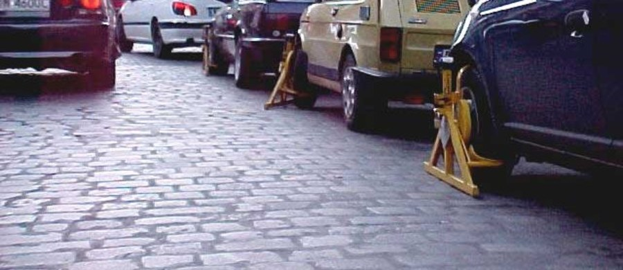 """Parkowanie w centrach miast niedługo stanie się znacznie droższe. Nawet o dwie trzecie. Dlatego z przymusu pokochamy wkrótce komunikację miejską – zauważa """"Dziennik Gazeta Prawna""""."""