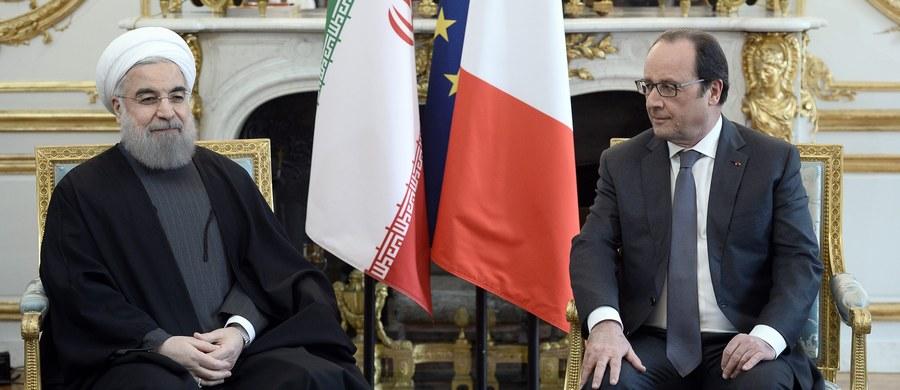 """Prezydent Islamskiej Republiki Iranu nie zemścił się za głośną kłótnię z Francois Hollande'em o wino. Choć ten ostatni odmówił usunięcia alkoholu z menu zaplanowanego w Pałacu Elizejskim obiadu z Hasanem Rouhanim, irańska delegacja podpisała z francuskimi koncernami kontrakty o rekordowej wartości 15 miliardów euro. """"Twarda postawa wobec Teheranu popłaca!"""" - sugerują paryscy komentatorzy."""