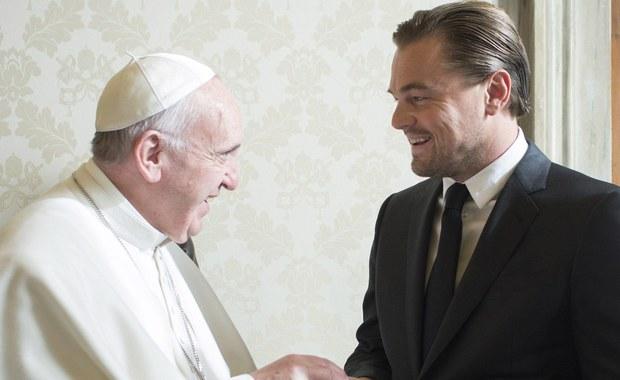 Papież Franciszek przyjął na audiencji w Watykanie Leonardo DiCaprio. Hollywoodzki aktor przekazał papieżowi czek z sumą przeznaczoną na cele dobroczynne. Jej wysokości nie ujawniono.