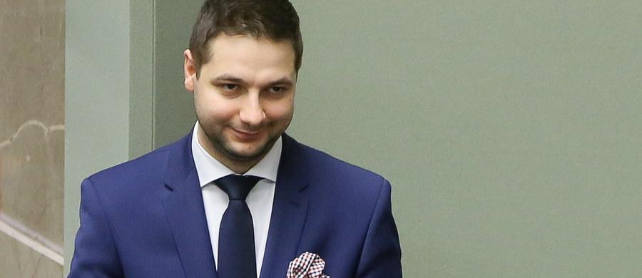 Szef klubu PO Sławomir Neumann zażądał od premier Beaty Szydło natychmiastowej dymisji wiceministra Patryka Jakiego. Według niego Jaki w debacie sejmowej posłużył się anonimem i donosem.
