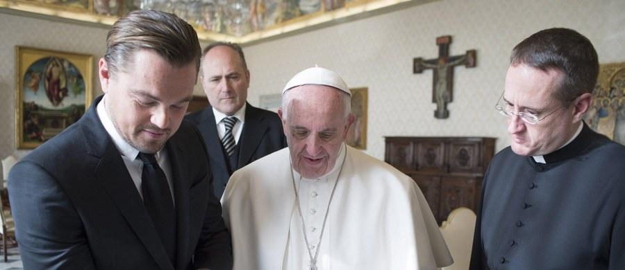 Papież Franciszek przyjął na audiencji w Watykanie Leonarda DiCaprio. Popularny aktor przyniósł Ojcu Świętemu mały podarunek.