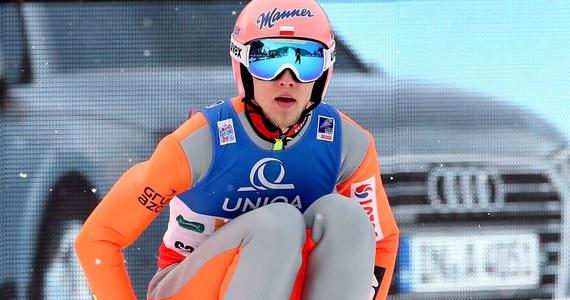 Sześciu Polaków wystąpi w sobotnim konkursie Pucharu Świata w skokach narciarskich w japońskim Sapporo. Kwalifikacje wygrali ex aequo Dawid Kubacki - 133 m i Japończyk Taku Takeuchi - 133,5 m. Obaj otrzymali notę 129,8 pkt. Kamil Stoch był trzeci - 128 m.