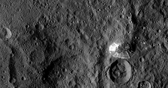 NASA opublikowała dziś animację, pokazującą wirtualny przelot nad powierzchnią planety karłowatej Ceres, opracowany na podstawie obserwacji sondy Dawn. Symulacja, przygotowana przez zespół German Aerospace Center, DLR pokazuje najważniejsze formy terenu Ceres w tym krater Occator, słynny z powodu tajemniczych białych plam w jego wnętrzu, czy stożkową górę Ahuna Mons.