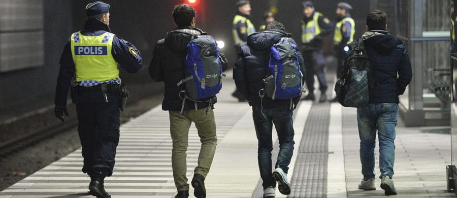 """Około 100 ubranych na czarno i zamaskowanych mężczyzn starło się w nocy z policjantami i ochroniarzami w centrum Sztokholmu. Według gazety """"Aftonbladet"""", mężczyźni mieli atakować osoby o cudzoziemskim wyglądzie, przebywające w pobliżu dworca centralnego."""